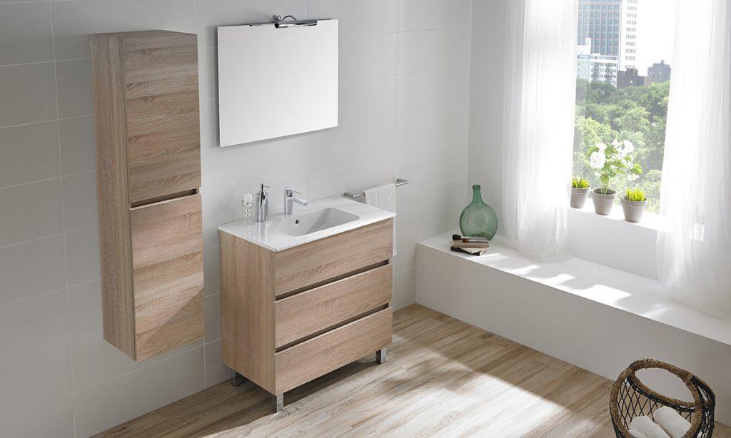 Blanco y mueble de madera en el baño