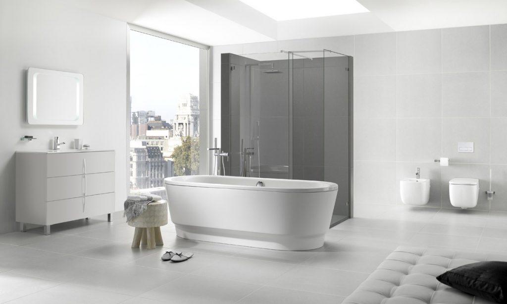 Bañera y ducha opera en el centro de baño
