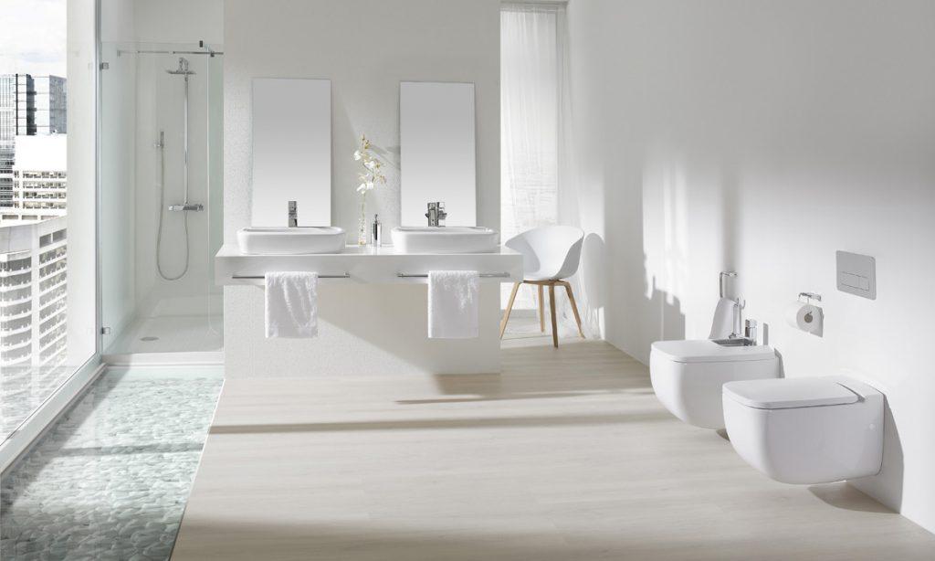 Lavabo sobre encimera en un baño adaptado para mayores